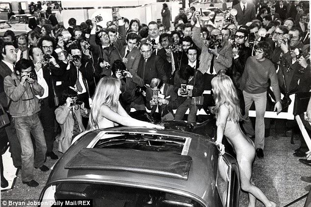 Голые бабы на автошоу в Earls Court 1971 года на стенде TVR