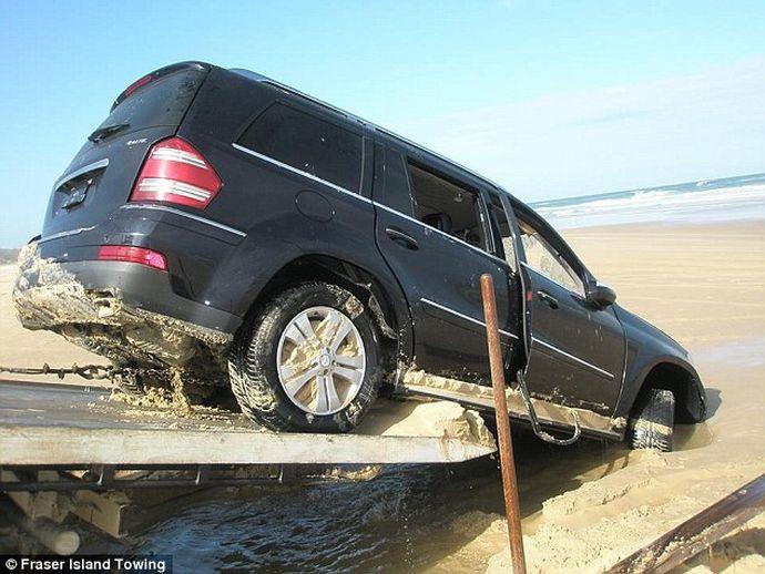 Еще один дурачок удачно припарковался на пляже