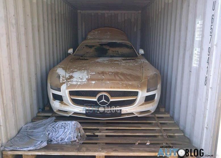 Купе Mercedes-Benz SLS AMG в порту Буэнос-Айреса