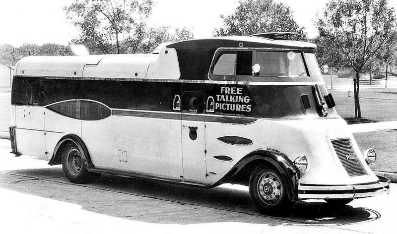 Traveling Talkie Theater - кинотеатр в автобусе из тридцатых годов в жизни США