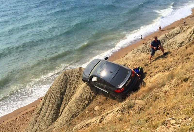Крым без политики: близ Феодосии BMW X6 <b>чудом</b> зацепилась за обрыв!