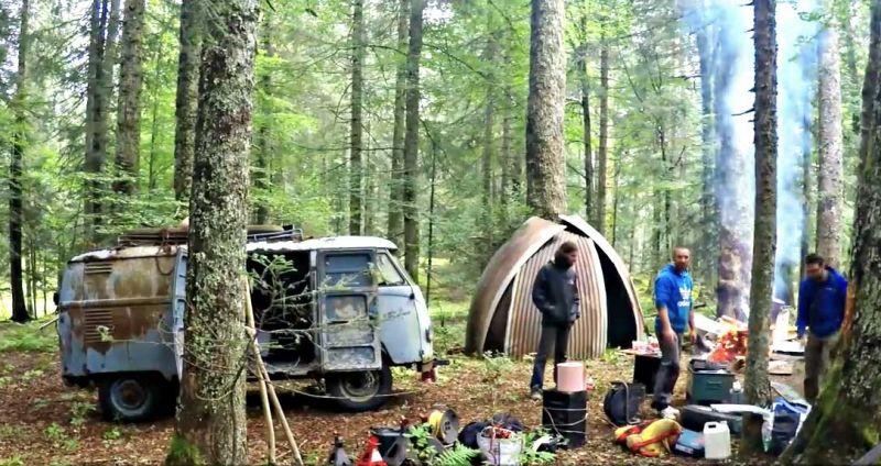 Volkswagen Transporter, простояв 40 лет в лесу, снова жив