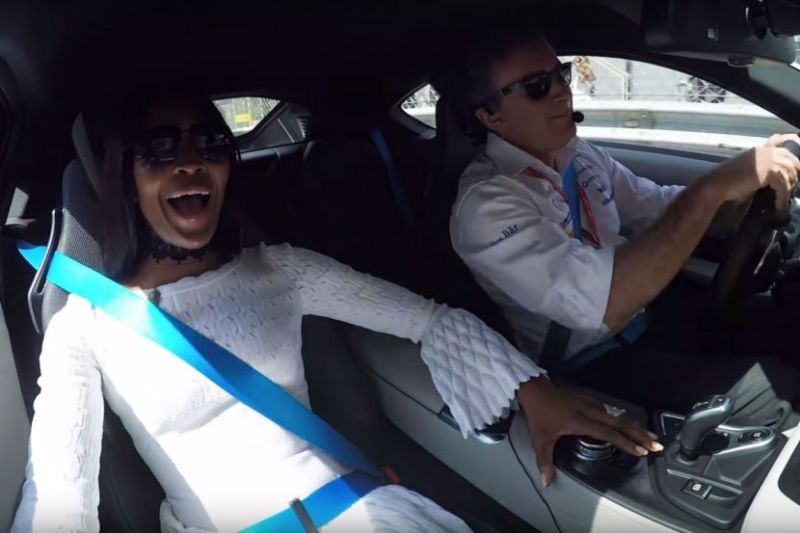 Наоми Кэмпбелл прокатилась по гоночной трассе на BMW i8 Safety Car